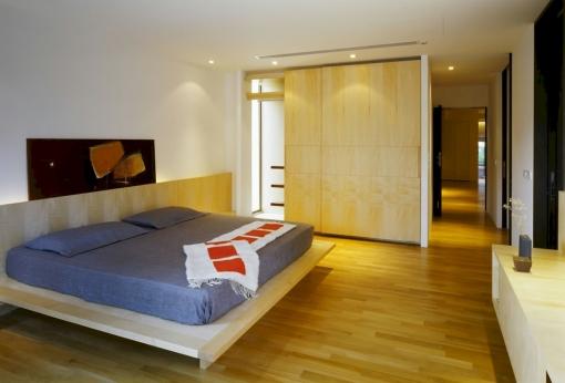Minimalistyczna sypialnia bez zbędnych elementów.